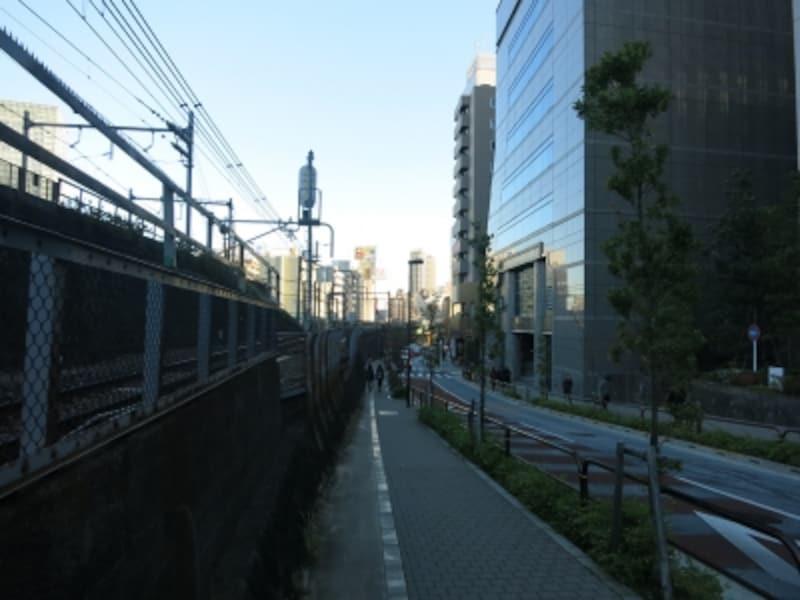 線路高架沿いに神田方面へundefined