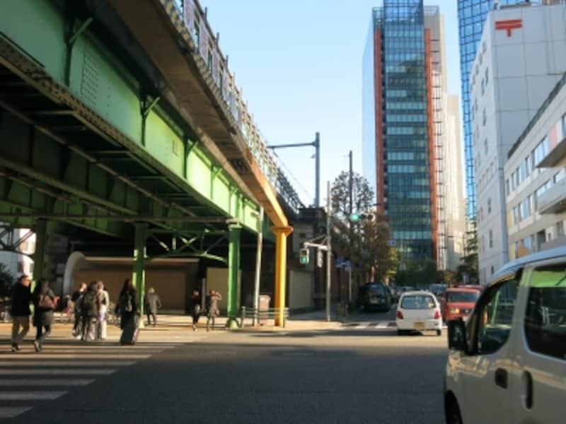 最初の交差点、緑青色の架橋:JR中央線昌平橋ガードundefined