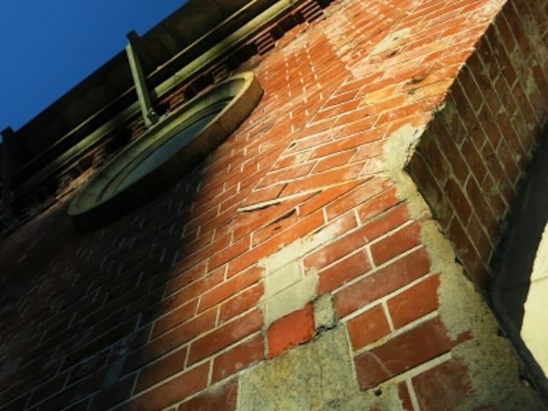 時を刻んだ高架の赤煉瓦壁undefined