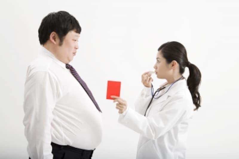 肥満男性にレッドカードを出す医者