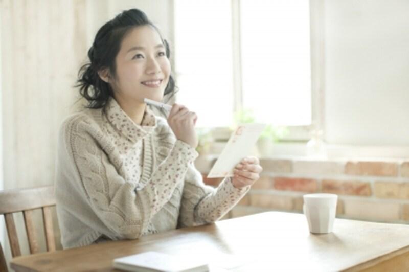 年賀状を見る女性