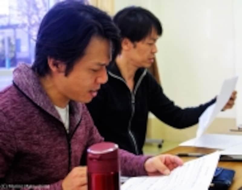 「SINGOさんの音楽、いいですよ~」と言いながら楽譜と格闘中の幸村さん、縄田さん。(C)MarinoMatsushima