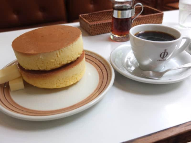 小町通りのカフェ「イワタ珈琲」の特大ホットケーキ