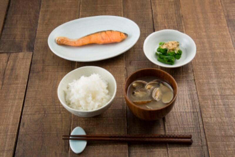 食事は皮脂の分泌に影響を与えます。バランス良く食べてヘルシーに!