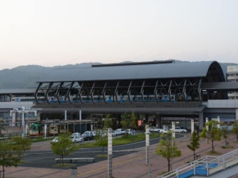 JR高知駅の特徴的な「くじらドーム」