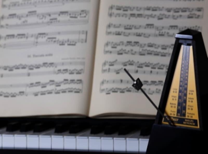 ピアノとメトロノームの写真