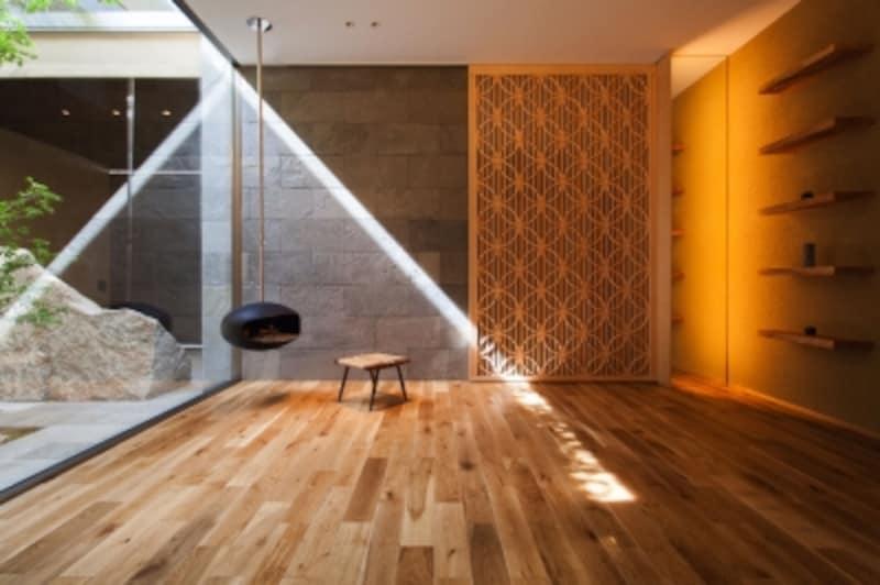 国産ナラ材のフローリングを採用した例。ナラ材特有の自然豊かな表情が空間を引き立てています