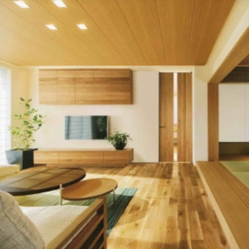 床材のほか、リビング収納の扉や室内ドア、階段、手摺なども「国産ナラ材シリーズ」で統一できます