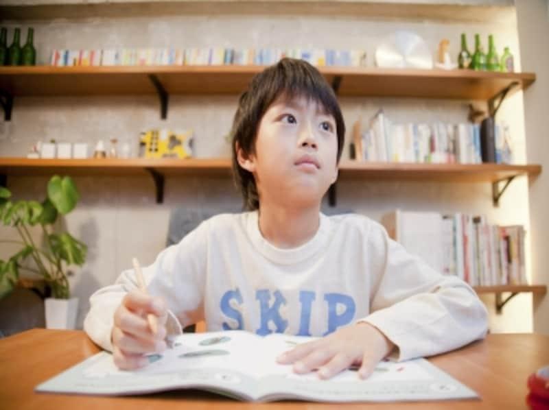 東大や有名大学に合格する子供の親は、勉強を強要するのではなく、勉強する環境を整えたり、習慣をつける支援をしています