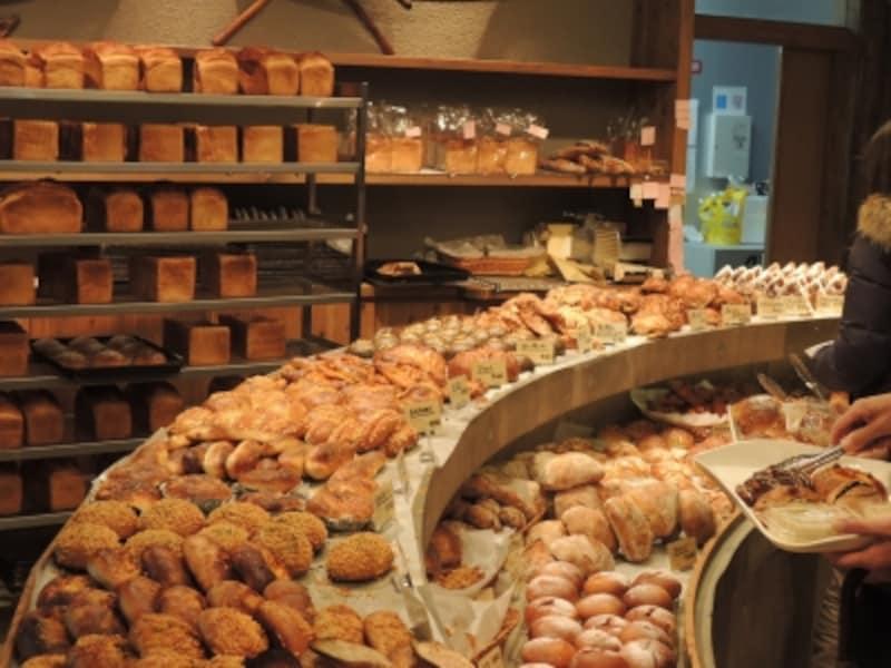 さまざまな食感と味わいのパンが並ぶ