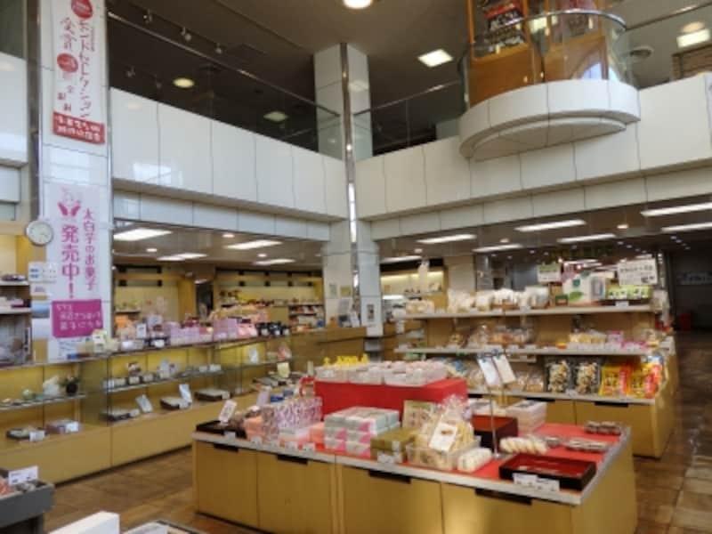秩父駅ビルの中に並ぶバラエティー豊富なお土産