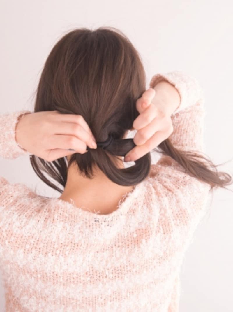 ねじった毛束をゴムで結び、輪っか状にする