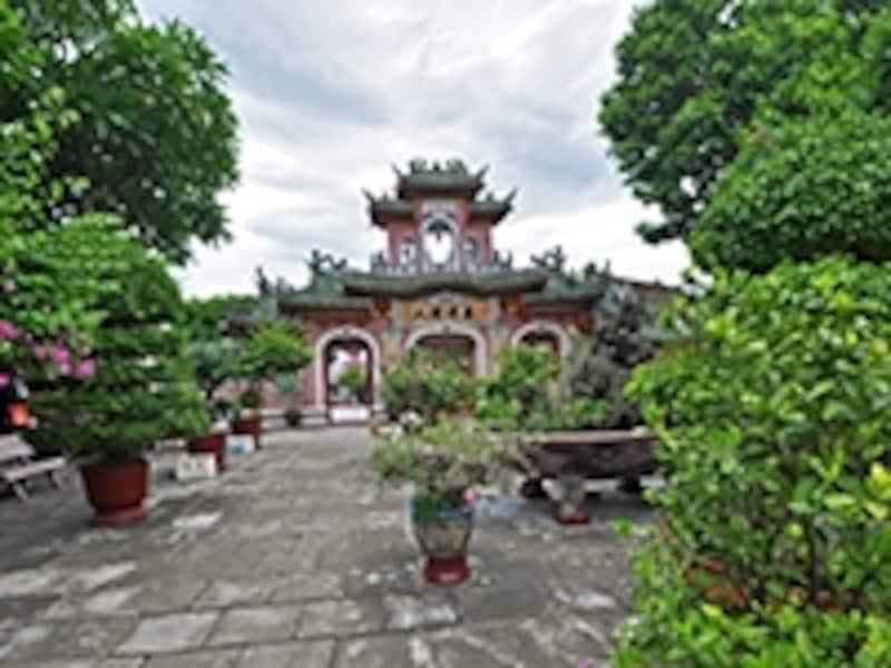 福建会館の牌坊と庭園