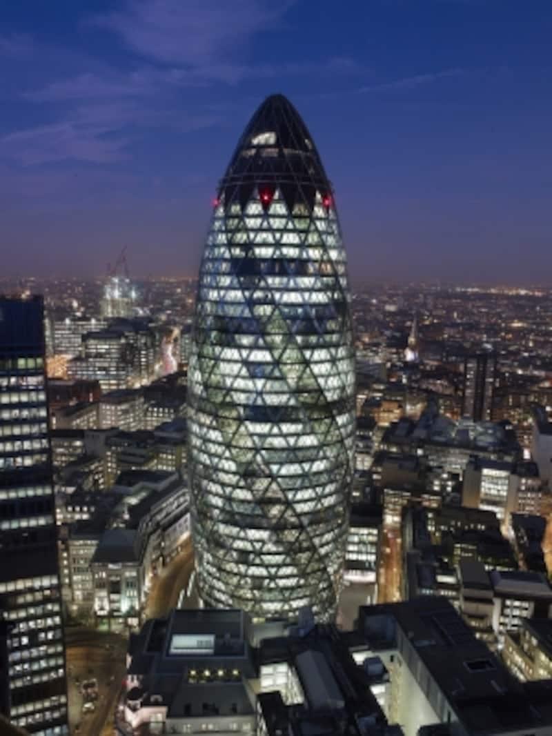 フォスター+パートナーズ《スイス・リ本社ビル(30セント・メアリー・アックス)》1997-2004年ロンドン撮影:NigelYoung,Foster+Partners