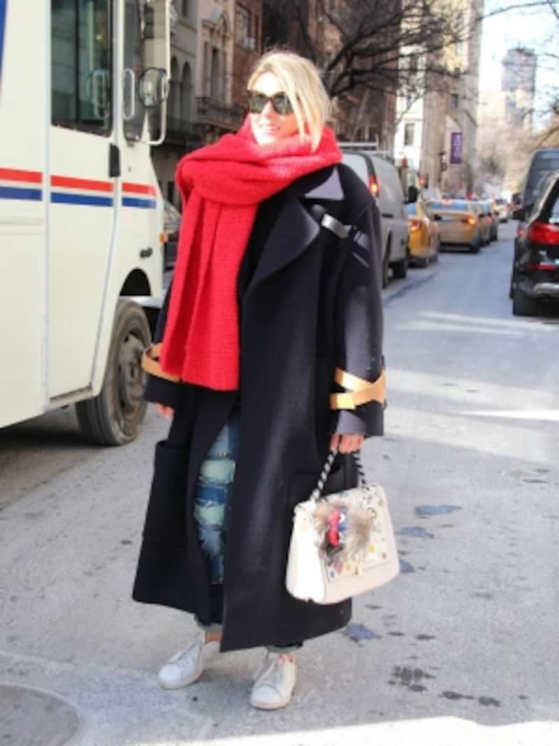 赤のマフラーを着こなしのアクセントにundefined(c)RieMiyata