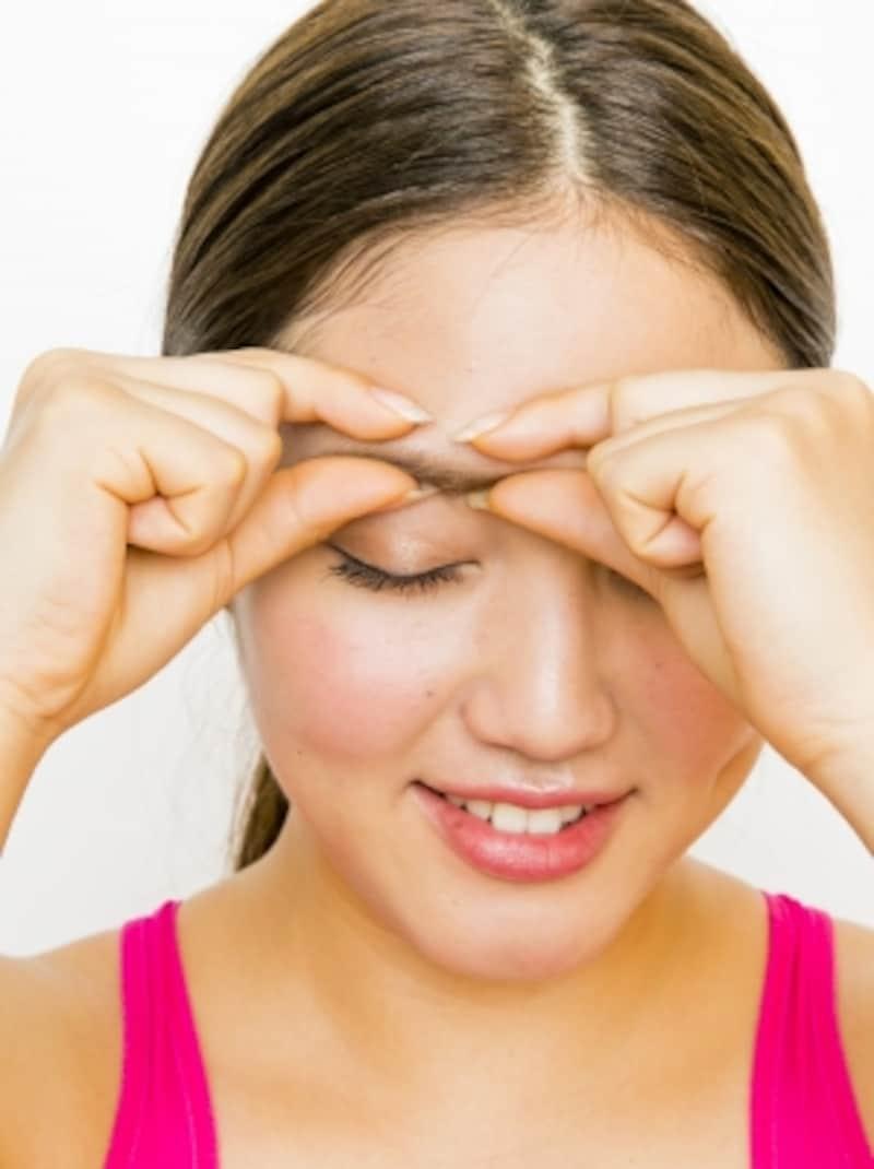 プロセス1。眉頭と眉の中央を指でつかんで押す。