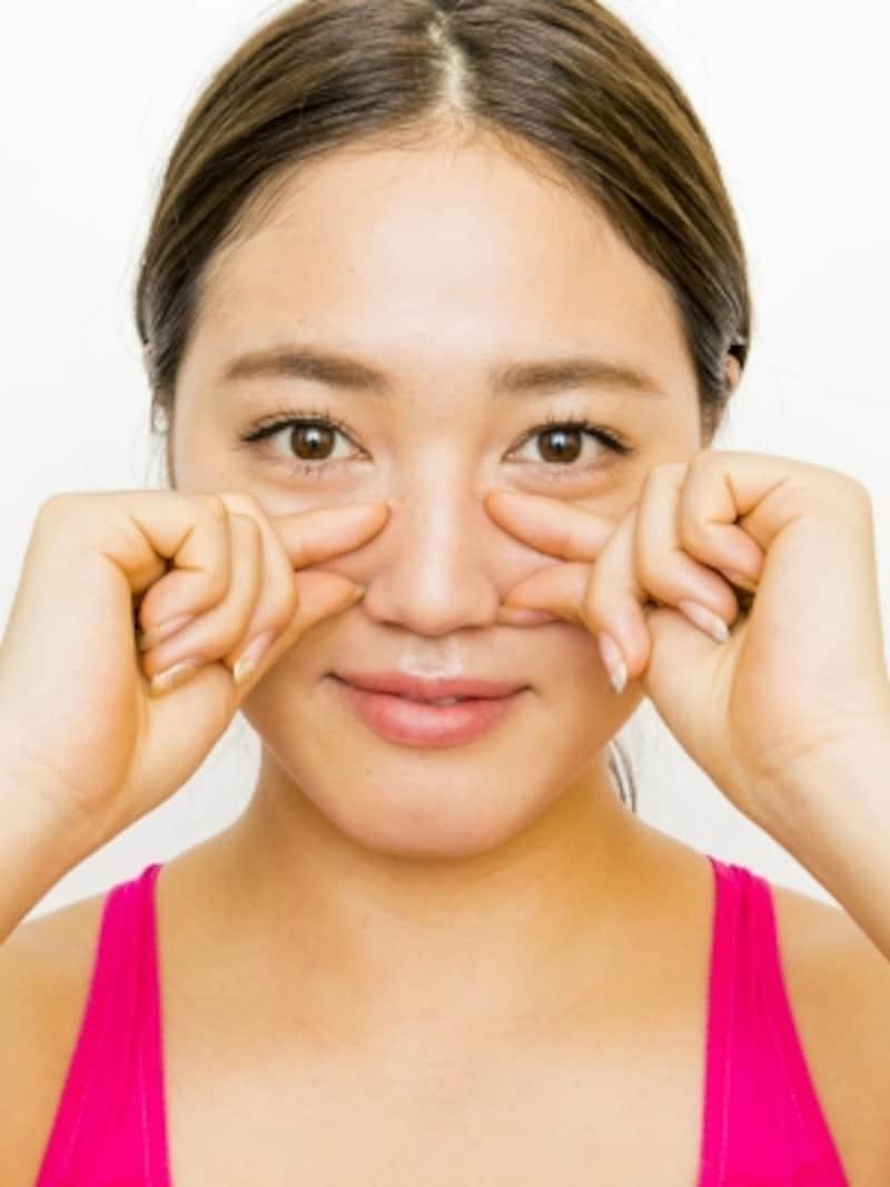 団子鼻に効く顔ツボ4ステップ1:鼻筋の横『狭鼻』と小鼻のくぼみ『迎香』を押す。