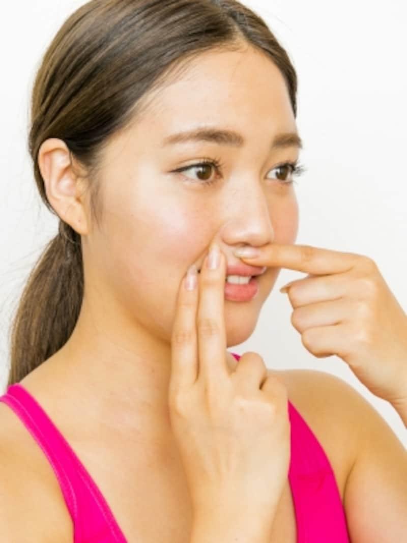 団子鼻に効く顔ツボ4ステップ3:鼻の下の溝『人中』、右の口角の外側『地倉』、上唇の山の外側『禾リョウ』を押さえる。