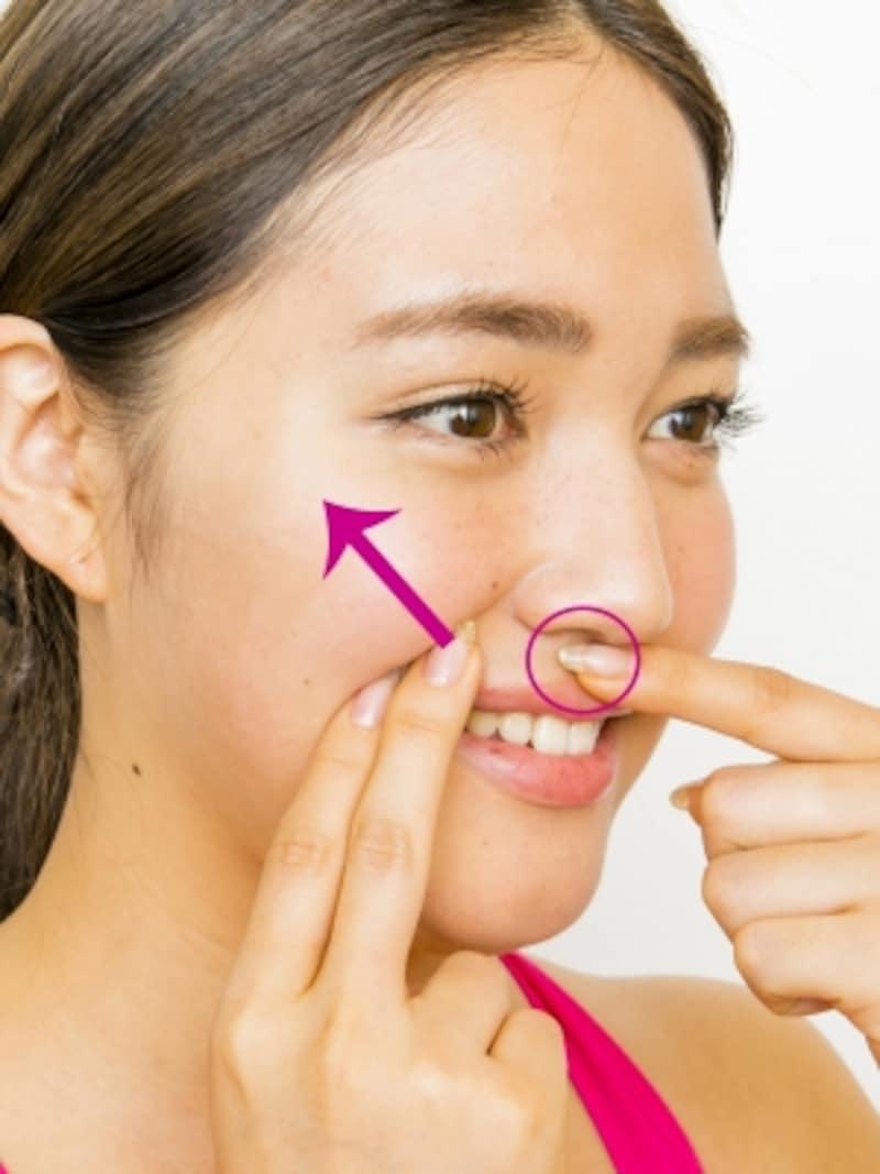 団子鼻に効く顔ツボ4ステップ4:左手はそのまま固定し、右手の指2本は斜め上に1cmほど引き上げる。