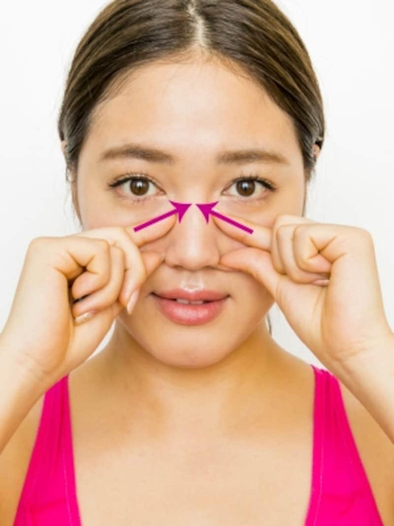 団子鼻に効く顔ツボ4ステップ2:息を吐きながら、人差し指を鼻の中央に向け斜め上に引き上げる。