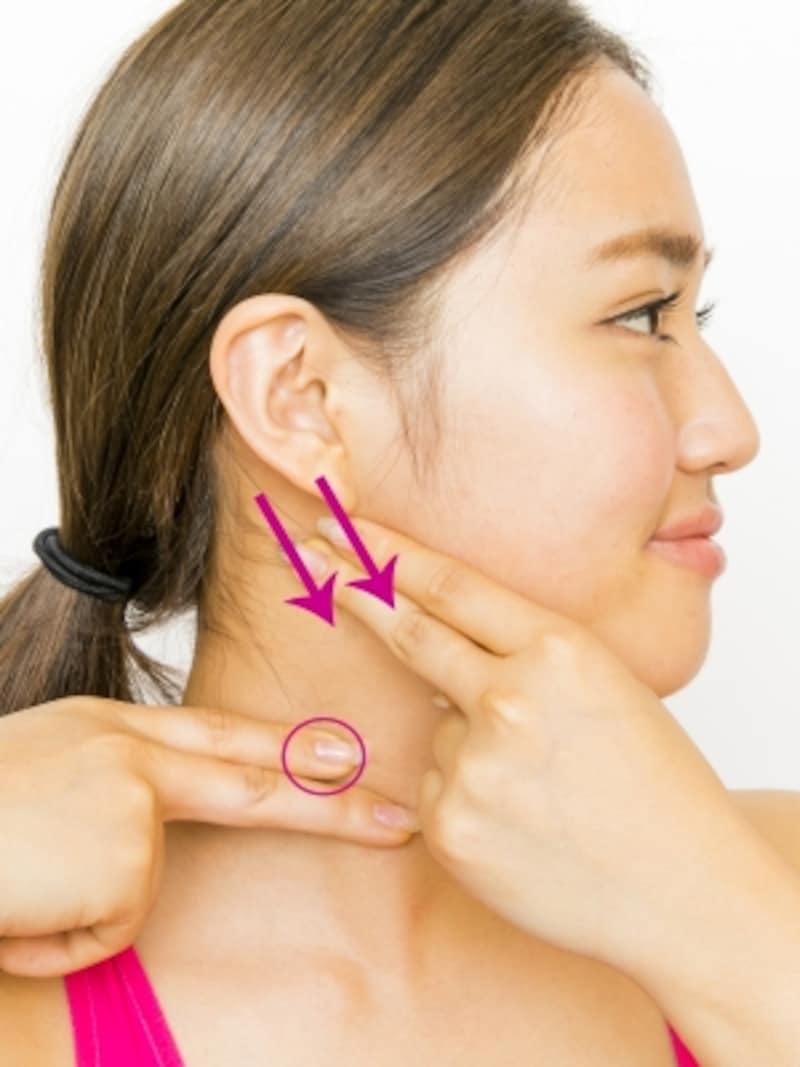ステップ4。首筋の筋肉をなでおろすように。