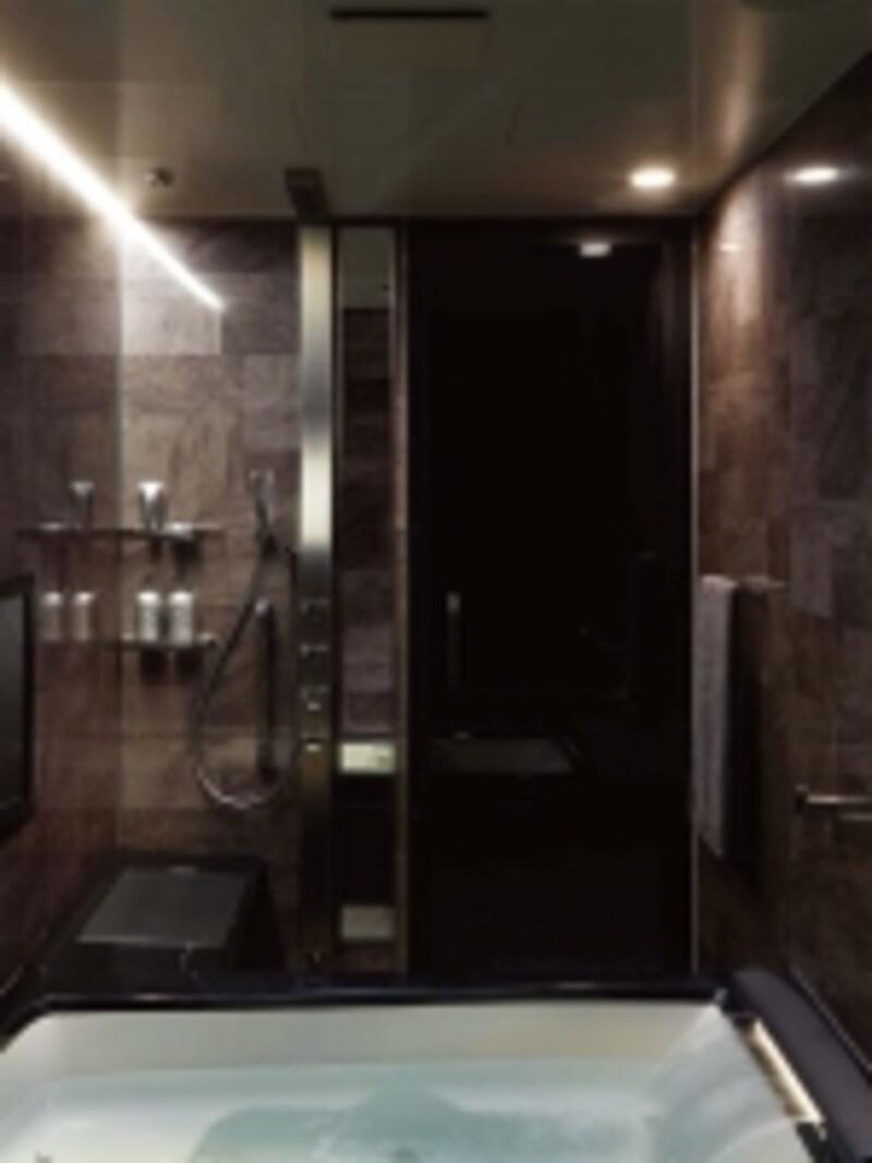 肩湯やジェット機能、打たせ湯、オーバーヘッドシャワー、打たせ湯、素材感のある内壁材、照明や大画面の浴室テレビなど快適機能が設定されたシステムバス。[スパージュ]undefinedLIXILundefinedhttp://www.lixil.co.jp/