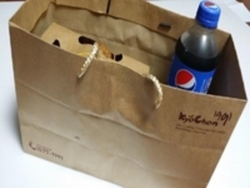 宅配を頼むとこんなふうに紙バッグに入れてもってきてもらえます。コーラつきですよ!