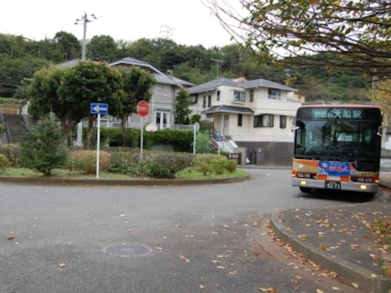 「高野台」バス停。大船駅から「高野台」までバスで来ることも可能だが、本数は日中、1時間1本程度