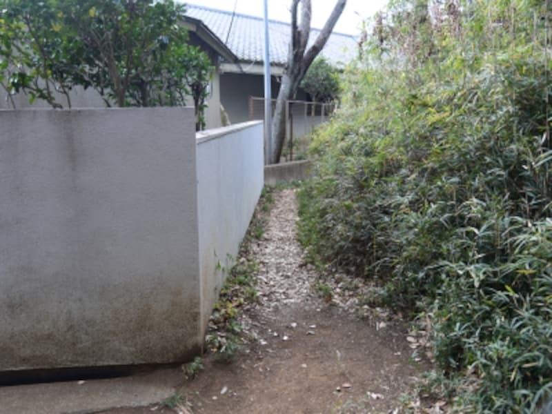 家の塀に沿うようにして、細道を進む