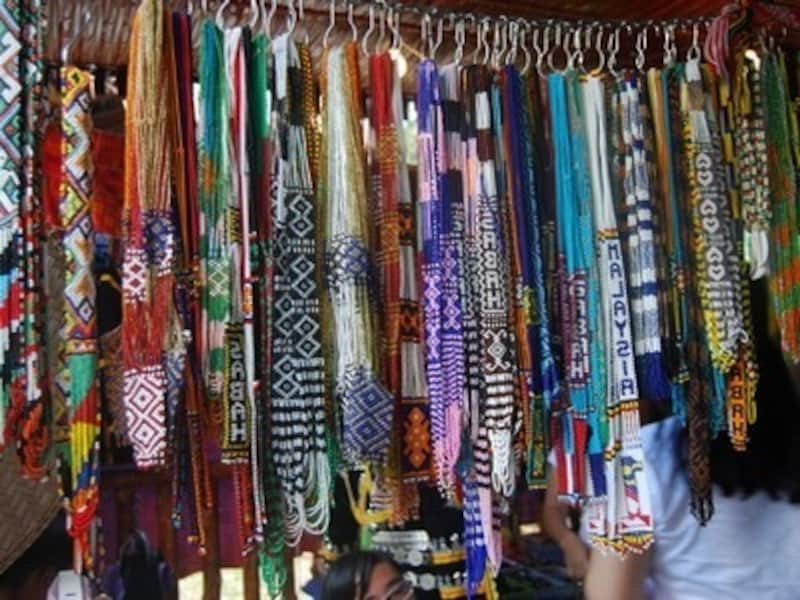 サバ州の手工芸品、ビーズのネックレス。単色のセーターや白いTシャツに合わせるとおしゃれ【マレーシアのお土産】
