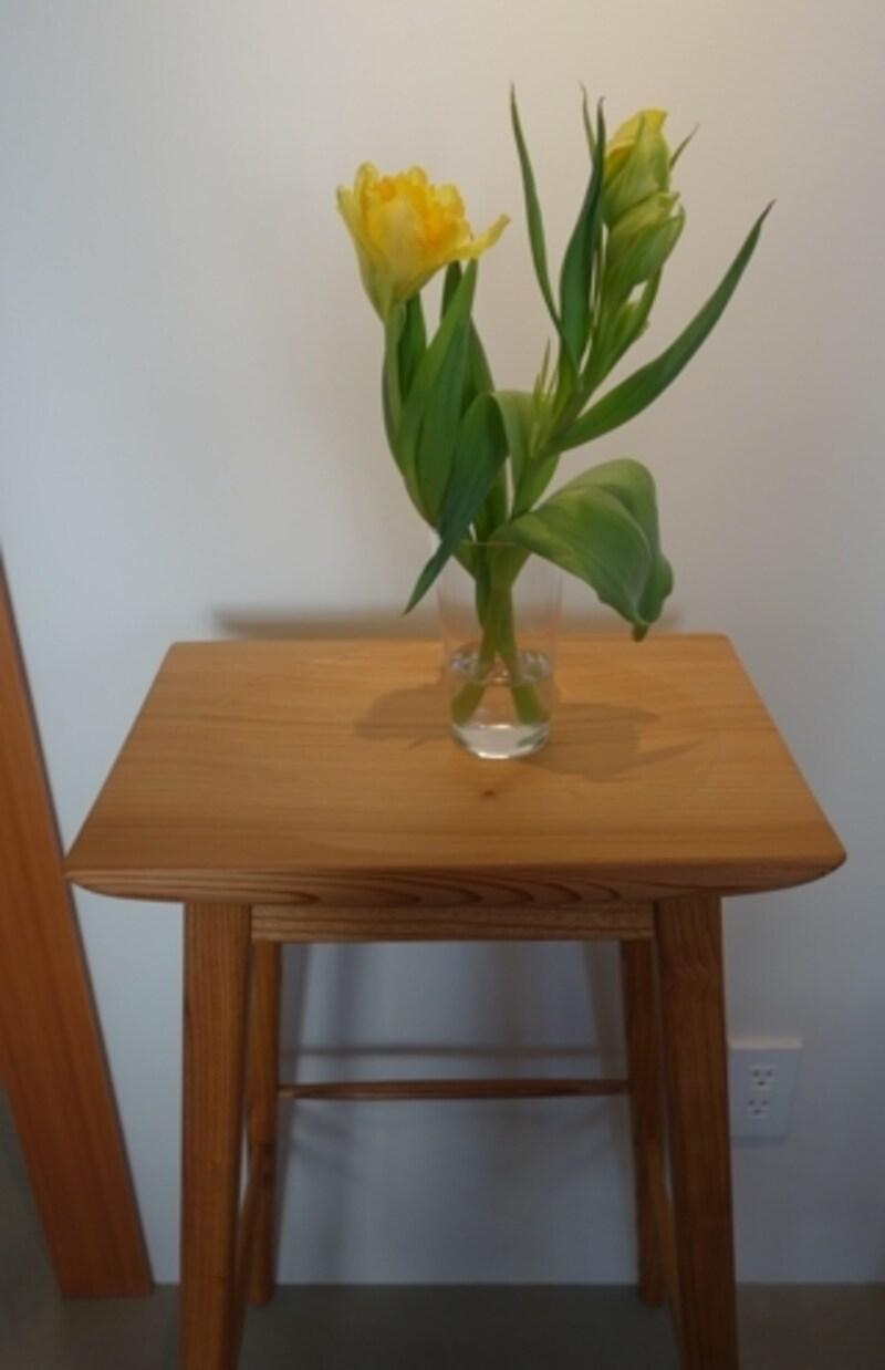 花瓶を置いたハイスツールも吉野杉で作られています。