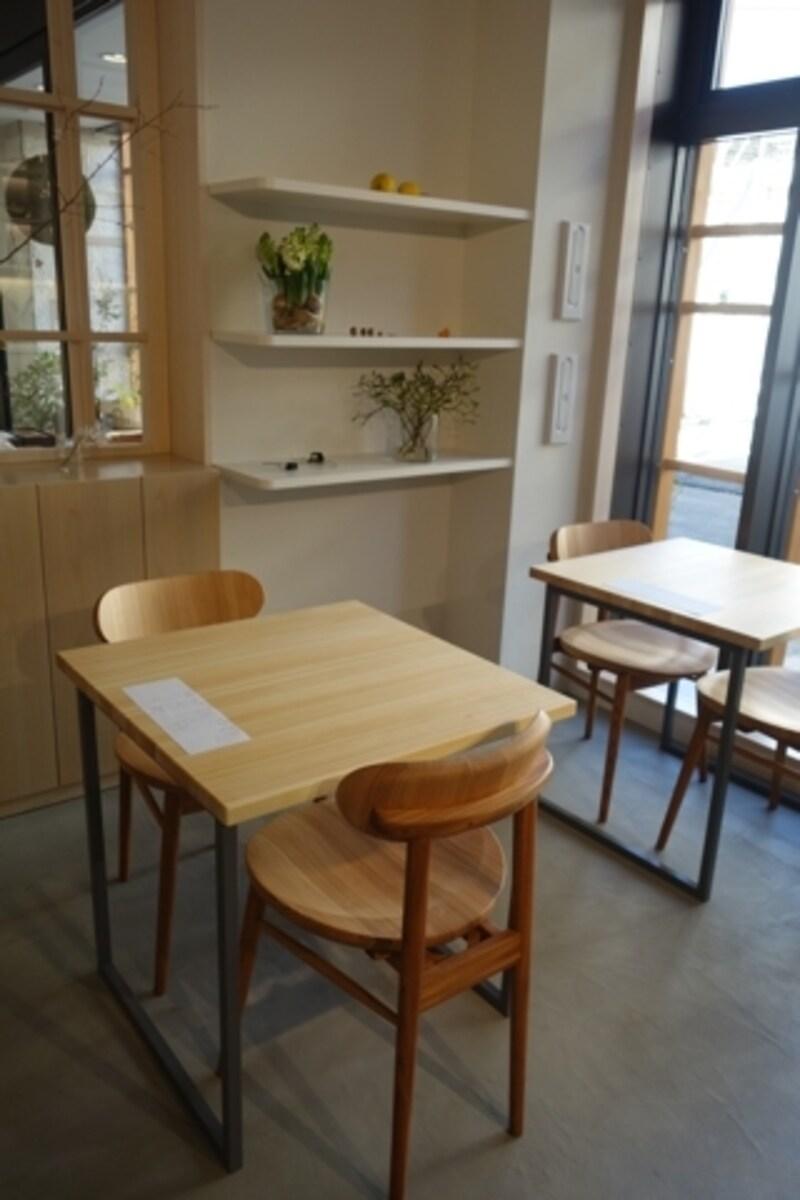 カフェの様子。こちらも椅子は吉野杉。