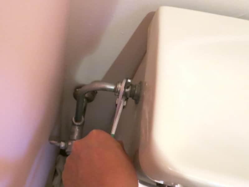 タンク給水管のナットをプライヤで緩めます、の画像