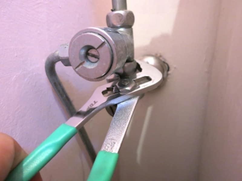 止水栓と分岐金具も同様に緩めます、の画像