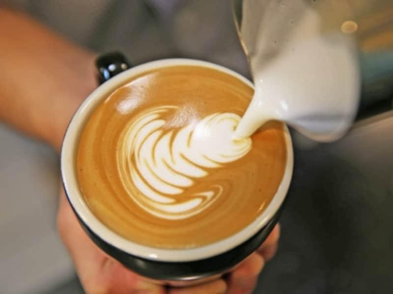 1杯ずつ丁寧に淹れるコーヒーの味は格別。バリスタのアートも楽しみ(画像:カイ・コーヒー)