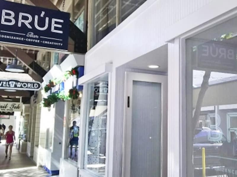 スタイリッシュなカフェ、ブルー・バー。ワード・ウエアハウス店は、大きな本棚の前にテーブルがあり、落ち着いた雰囲気
