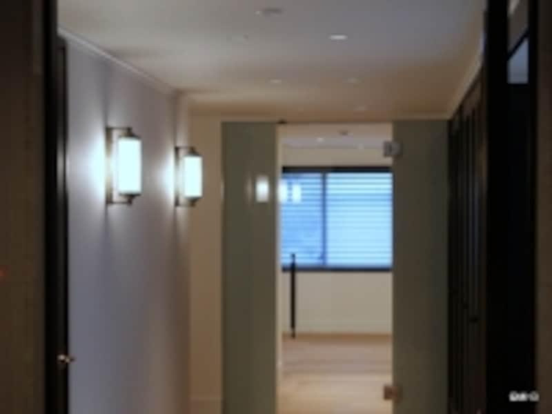 玄関から洋室を見る