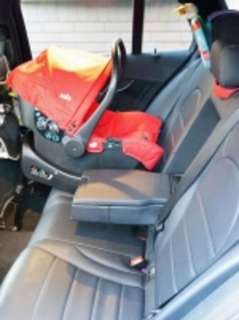 車に装着してもコンパクトなのが◎。セダンタイプでも3人座れる室内空間が確保できます
