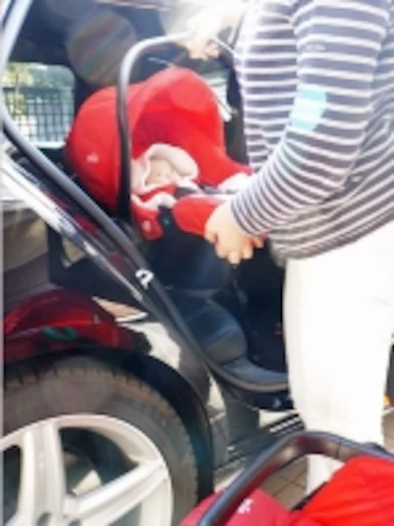赤ちゃんを乗せたまま車、ベビーカー、室内とあらゆる方法で移動できるのが最大の魅力