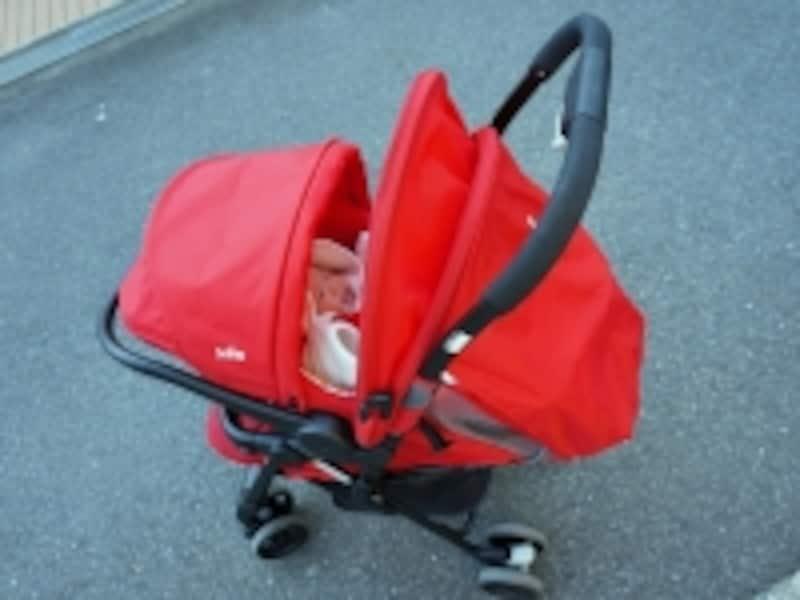 ベビーカーの幌も広げれば、赤ちゃんを全方向で覆い、全方向の光と風から守ってくれます