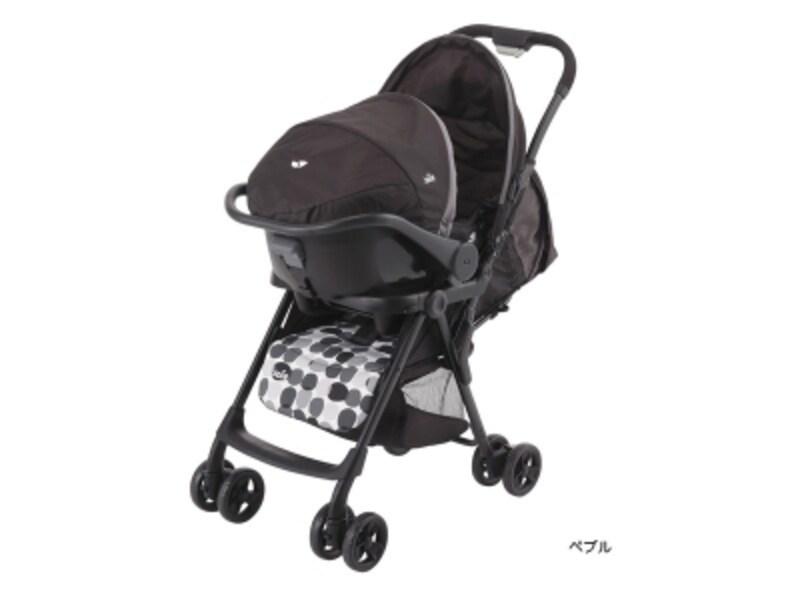 赤ちゃんを車に乗せるためのベビーシート(インファントカーシート)をベビーカーにも取り付けられるようにしたシステムのことを「トラベルシステム」といいます。画像はブラック基調の「ペブル」カラー