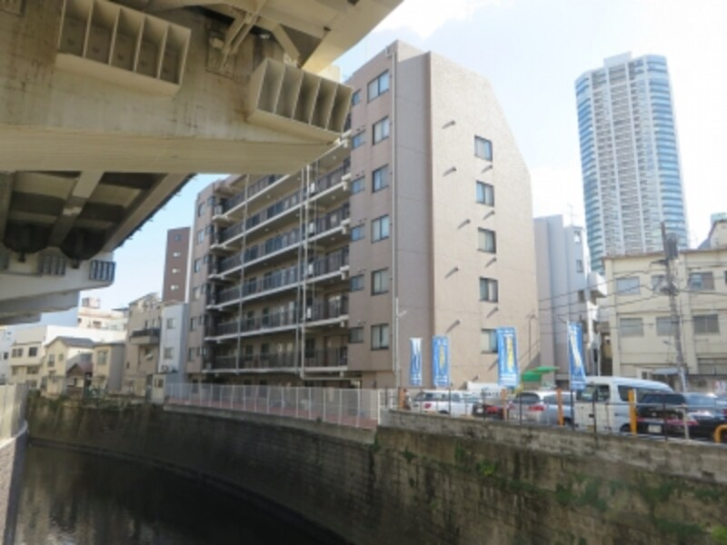 古川沿いの建築予定地