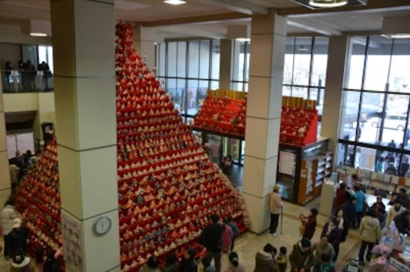 2015年には鴻巣市役所に設置された日本一高いピラミッドひな壇