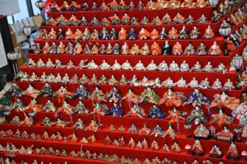 各壇に同間隔でぎっしりと整列するひな人形
