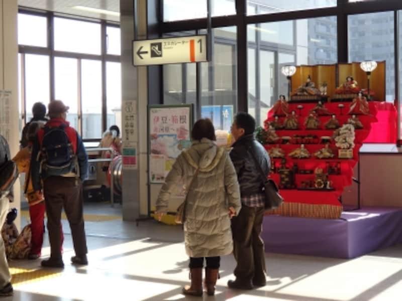 鴻巣市の玄関、JR鴻巣駅に飾られる小さなひな壇