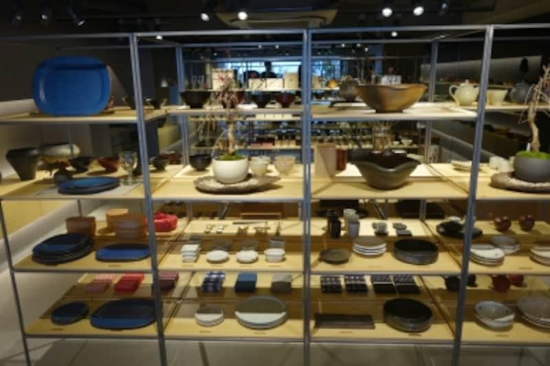 店内には全国各地から集まった器や工芸品が並ぶ。