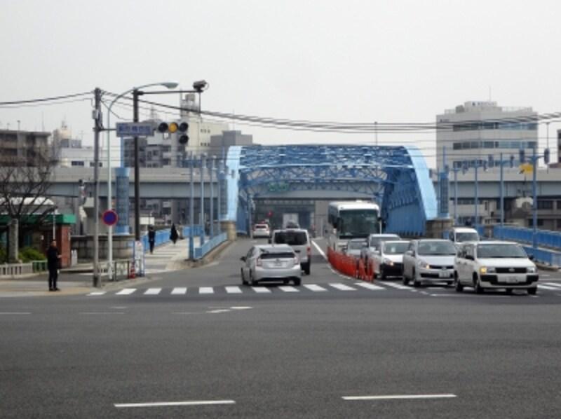 青い駒形橋