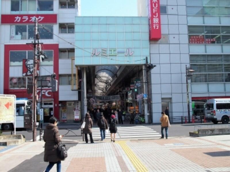 全長420メートルに約140の店舗がある