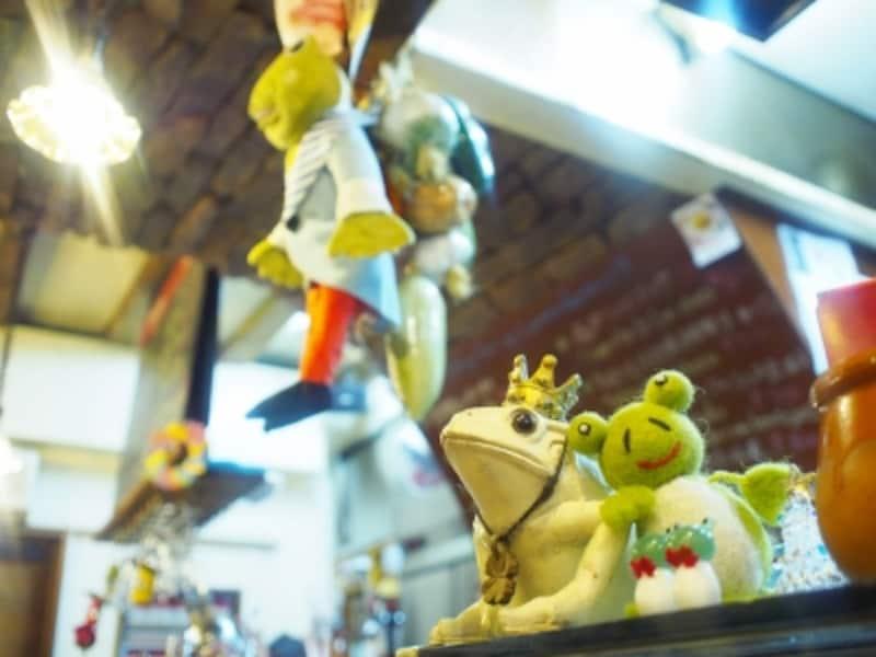 店の象徴的な存在「カエル」が可愛らしく華を添える