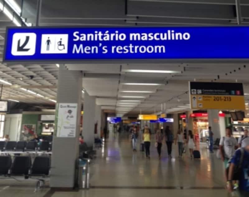 空港内の男性トイレの標識、女性トイレは「Sanit?riofeminino」